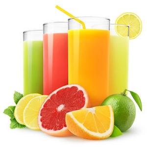 Succhi di frutta in diversi bicchieri con frutta e frutti freschi