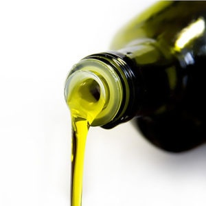 Olio di oliva che sta per essere versato