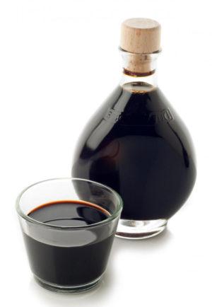 Bottiglia di aceto e bicchiere di aceto